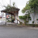 岩井屋 - 駐車場はお店の隣ですが、超ゆったりで5台です。 全部身障者用駐車場みたいな広さです(笑)