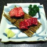11021769 - 神戸牛ビーフステーキと素焼きの盛り合わせ(サーロインと内腿肉)
