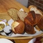 110227541 - バターの甘い香りがたまらない大きなクロワッサン、表面がパリッと香ばしいローゲンブレッド、スライスパン3種(プレーン、白ごま、マルチグレイン)