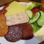 110227549 - ハラル仕様でチキンやビーフ、ターキーを使ったハムやサラミ、スライスチーズやとろけるブリー、野菜やピクルス、青りんごまで