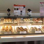 カンパーナ六花亭 - こんなにたくさんケーキが並んでいるの、初めて見た(笑)