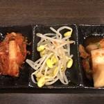 A4山形牛&焼肉食べ放題 くろべこ - 初期設定のナムル・白菜キムチ・カクテキ