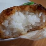 松月堂 - 大葉味噌おにぎり(140円) 断面