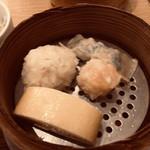 茶青花 - 蒸し点心、手前から時計回りに、湯葉巻き、豆腐しゅうまい、ニラ餃子、海老しゅうまい