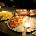 シェーキーズ - 次から次へ焼いては消えていくピザたち