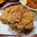 110298180 - 通常の2倍サイズのからあげは、注文後に鶏を切って揚げて下さる出来立て熱々、もも&むね肉が1つずつ