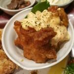 110298204 - 甘酢をからめた大きな鶏のからあげ2つに、オレンジ色の濃厚なタルタルソースがたっぷり