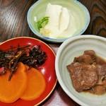 110298281 - 小鉢も3品付き、この日は甘辛い味付けの肝煮と冷奴、お漬物が3種類