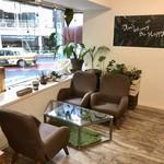 スウェル ボウルズ - 内観写真:ハワイアン・テイストな雰囲気のカフェ