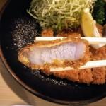 とんかつ 栄 - 脂身も柔らかジューシーで美味しい豚肉!