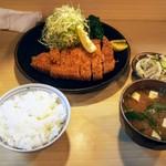 とんかつ 栄 - とんかつ定食 ゴールデンポーク特上!中の豚肉が楽しみです!