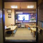 とんかつ 栄 - 小上がりにはデカイテレビが!
