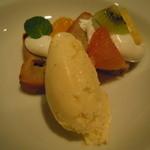 11031604 - さつま芋のケーキ、フルーツ・バニラアイス添え
