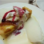 エトアール プリュス - 温かいりんごのケーキにアイスクリーム