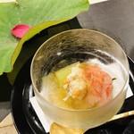 よし澤 - 渡蟹 甘エビ 錦糸ウリ 内子 酢と出汁ジュレ 青ズイキ ハスの葉と花びら