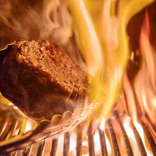 プリミティブな炭火焼きと手打ちパスタがスペシャリテ