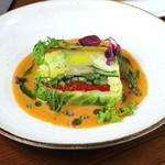 きのこと季節野菜のテリーヌビーツ ハーブとサフランのソース