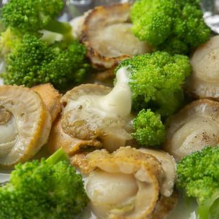 こだわりの食材を使用した一工夫ありの鉄板焼きをご提供。