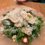 110354595 - マッシュルームと松の実のサラダ 900円 生マッシュルームがたっぷり。松の実の食感がいい。 グリーンリーフ?がたっぷり。さっぱりしたドレッシングにチーズがたっぷりふりかけられていました。