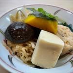 110354791 - 小鉢とメニューに書かれていますけれど、タップリの「煮物」が盛り合わされていてボリュームがありますね。 「高野豆腐」「飛竜頭」「椎茸」「カボチャ」「切り干し大根」「キンピラゴボウ」など。 どれもお味が浸みていて、美味しい