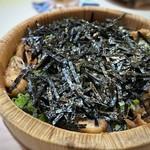 110354796 - ご飯の上に刻んだ「鰻」と「お葱」「海苔」が盛られています。