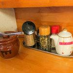 麺工房 はいど  - 卓上の調味料。