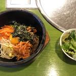 草家 - 石焼ビビンバ定食。サラダとスープが付いています。