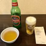 110359972 - 折角の午後休みですから青島ビールで喉を潤します(^^)                       伝票には五目汁小一、B小、バーツアン一と記載されています。締めて1900円税別