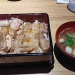 美味 秋藤 - 炭豚重 700円