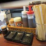 地鶏海鮮焼き食堂 - 地鶏は既に味付けしてありましたが様々な調味料がテーブルに置いてあるんで好みの味でいただけますよ。