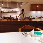 山地陽介 - カウンター越しにキッチン