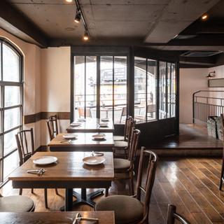 3階建ての広々とした店内は、デートや普段使いにも最適な空間