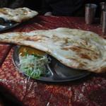 ネパールキッチン Kathmandu - タルカリセット、チキンカリー、フルナン