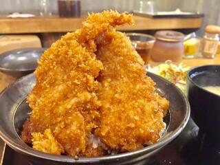 新潟カツ丼 タレカツ 本店 - 二段もりかつ丼をセット(かつ3枚+かつ2枚、生野菜、みそ汁、香の物付き) 1,020円