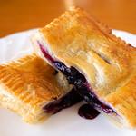 農かふぇ 白馬そだち - サクサくのパイの中には、隣接する「白馬ブルーベリー園」の新鮮ブルーベリーのソースがとろ~り