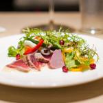 カラペティ・バトゥバ - 本マグロのグリルと夏野菜のサラダ