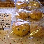 フラワーパフ - いちごのメロンパン(ドライイチゴ入り)63円