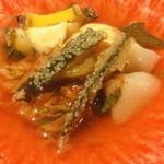 110401187 - ●溺れキムチ                         自家製の出汁にキムチを浸してます(笑)                         子持ち昆布、アワビ、帆立入り。                                                  発想が面白いです。