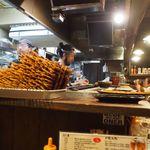 かわ屋 - 店内(活気のある焼き場)