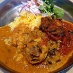 YELLOW - カレーの三乗♪(ケララチキンカレー、ベーコンとほうれん草のトマト煮込みカレー、ムング豆のサンバル)