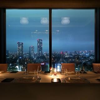 ダイナミックな都会の夜景を眼下に、ロマンティックな時を――。