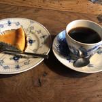 カフェ レ ジュ グルニエ - ブレンドコーヒーとベイクドチーズケーキで950円
