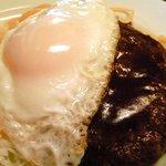 神戸洋食 懐 - ハンバーグ 950円 の半熟目玉焼き