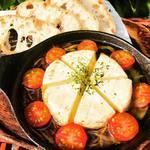 Dining kaze 池袋の風 - カマンベールチーズ丸ごとアヒージョ