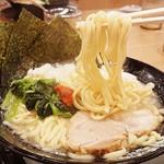 家系ラーメン 町田商店 - 麺・濃さ:普通、脂:多め