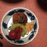 泳ぎいか・ふぐ・いわし・大阪懐石料理・遊食遊膳 笹庵 - 香の物 瓢箪紫蘇漬 焼梅 自家製大根皮醤油漬