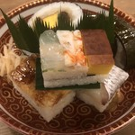 Iduu - 京寿司盛り合わせ。鯖寿司、箱寿司、太巻きとバラエティに富んだ一番人気の料理。