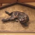 Iduu - 店内に飾られた木彫りの狛犬。応仁の乱に想いを馳せながらの食事は大満足。