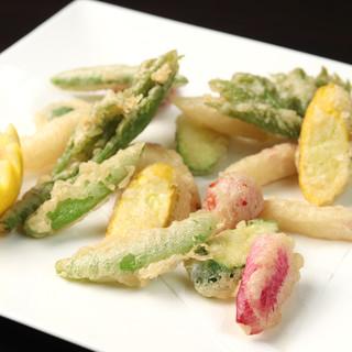 一皿に彩りを添える<農家直送野菜>を様々なお料理に。