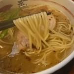 11051329 - 天然塩ラーメン(麺持ち上げ)